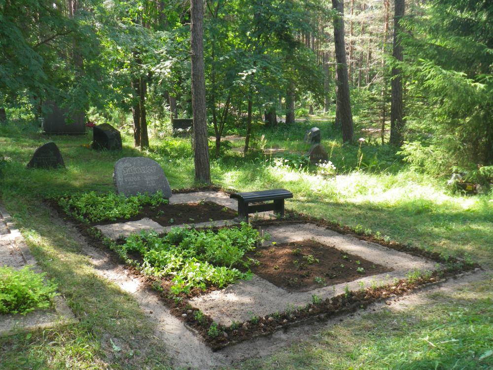 Haljastatud hauaplats Metsakalmistul