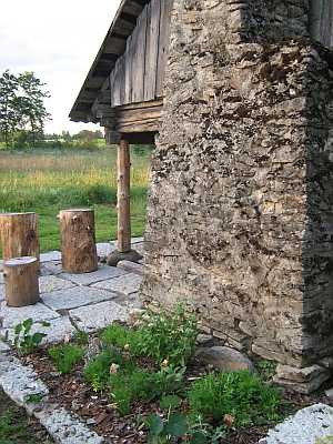 Vana sepikoda Tuulas. Renoveerimine, suur paekiviplaat, maitsetaimede istutus, pakumööbel